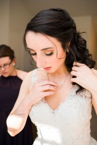 Bride getting ready | Paradis Photography