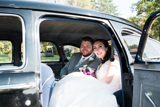 Newlyweds in their getaway car! | Paradis Photography